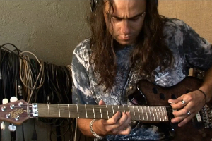 Demian grava guitarra